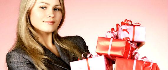 Зачастую выбрать и купить подарок довольно тяжело. Несомненно, лучше всего, если вы подарите нужную и желанную вещь. Задача выбора подарка значительно упрощается, если вы знаете человека, его вкусы и предпочтения. Даже когда вы решили сделать подарок просто так, без всякого на то повода, то постарайтесь сделать так, чтобы человек получил от этого удовольствие. Скорее всего, на свете нет такого человека, которому было бы неприятно получить тот или иной подарок. Ведь он не может никого оставить  равнодушным. Даже если вы слегка смущаетесь, получив подарки, и чувствуете, что теперь обязаны человеку, согласитесь, вам все равно приятно. Любой подарок способен принести положительные эмоции независимо от того вам его вручают или это делаете вы.  Можно сказать, что это его главная особенность. Выбирать подарки нужно правильно и подходить к этому вопросу со всей серьезностью. Ведь любой подарок несет в себе характер человека, который его подарил. Упаковка, равно как и её содержимое, могут сказать о таких чертах как сообразительность, фантазия, а также вкус дарующего. Они говорят о степени внимания и уважения к вам. И не играет особой роли, насколько подарок дорогостоящий, главное - чтобы он оказался для вас ценным. Даже если самый незначительный подарок преподнести с особым смыслом, то он останется в душе человека надолго.