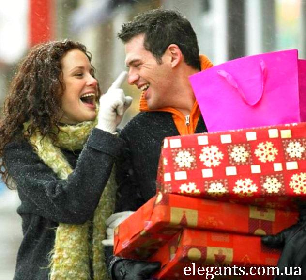 Если вы принимаете подарок, то в данном случае так же существует ряд правил, которые нужно соблюдать. В основном это правила хорошего тона, большая часть из которых оценивается  как чистая символика.  Во-первых, после того, как вам вручили подарок, ни в коем случае не отлаживайте его в дальний угол, так как это знак внимания к вам со стороны гостя. Не томите себя и окружающих и разверните подарок при всех. Обязательно поблагодарите дарителя. Благодарность должна звучать всегда, даже если по каким-то причинам подарок вам не нравится. И пусть он будет саамы скромный и не пригодный для вас, о благодарности не стоит забывать. Если вам подарили конфеты, вино, сигареты или фрукты, по правилам хорошего тона, подарок нужно разделить между гостями праздника, а все, что останется, будет находиться в вашем распоряжении.  Если вы получаете подарок от близкого вам человека, который отсутствует на празднике, обязательно отблагодарите его ответной открыткой или по телефону. При этом нужно выразить благодарность и тому, кто доставил вам подарок.