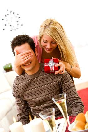 Если вы получили дорогой подарок, это вовсе не означает, что ответный визит должен быть примерно таким же. Вы можете приобрести подарок, который не  превышает по стоимости подаренный вам. В крайнем случае, можно остановиться на небольшом сюрпризе, который не выходит за рамки приличия.  Подарок, который сделан своими руками, весьма приятно получать. Постарайтесь не забыть поблагодарить дарителя. Есть ещё одно правило, которого нужно постоянно придерживаться. При вручении подарка лучше не упоминать о его стоимости и о том, сколько вы времени потратили на его поиски. Пусть вы стоптали 10 пар сапог и обошли полгорода, не нужно рассказывать об этом окружающим, а тем более хозяину. Вас, несомненно, поблагодарят, скажут, что такое беспокойство излишне. А ваш рассказ можно будет отнести в книгу с названием  «Скольких же сил ты мне стоишь». Вас могут расценить как невоспитанную личность.  И вам, и виновнику праздника особенно приятно, если ваш подарок не совпадает ни с одним из тех, которые уже подарены. Однако и такое случается. Ситуацию можно обыграть за счет упаковки, или преподнеся подарок необычным образом.  Если вам дарит подарок человек не из ближайшего окружения, а его стоимость вас смущает, не бойтесь оказаться невоспитанным и культурно откажите. Перед этим нужно как следует поблагодарить этого человека, и акцентировать внимание на том, что у него потрясающий вкус.